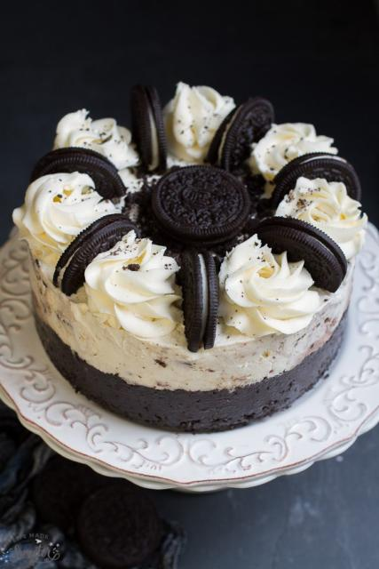 Cubra o bolo com chantilly e biscoito Oreo