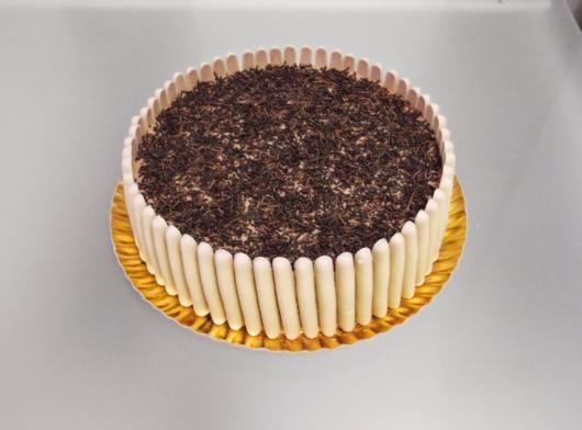 Palitos cobertos com chocolate branco para decorar a lateral do bolo