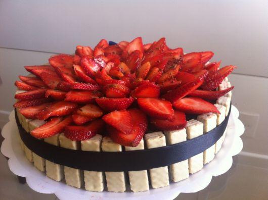 Faça uma decoração com frutas para dar um up no visual do bolo