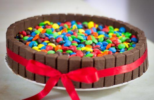 Bolo decorado com Bis e com confetes de chocolate