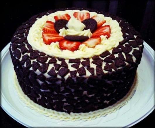 Os biscoitos recheados podem ser quebrados para decorar o bolo