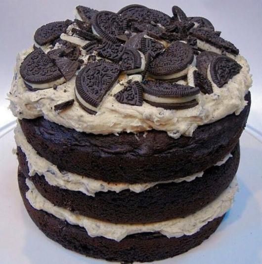 Naked cake com biscoitos recheados em cima, que tal assim?