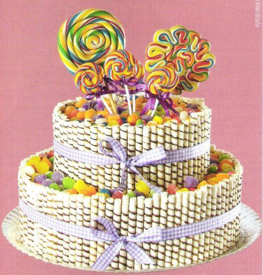 Ideia de bolo de dois andares com palitos e pirulitos
