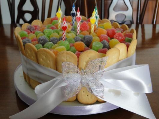Biscoito maisena e jujubas coloridas para decorar o bolo