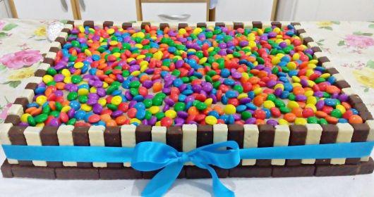 Veja ideia de bolo quadrado com bis branco e preto