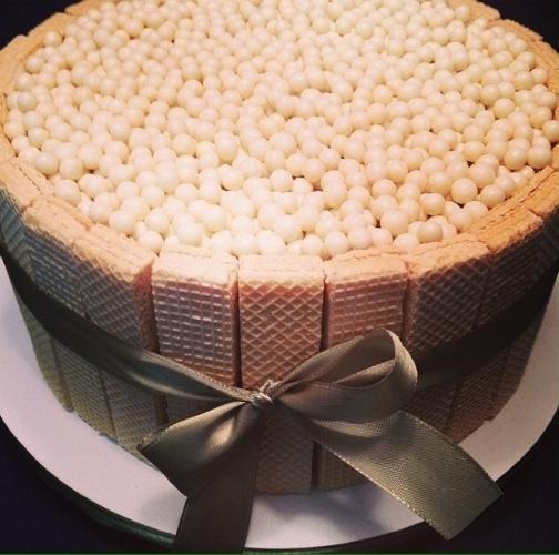 Sugestão de bolo para festa com wafer em volta