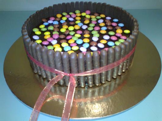 bolo com palitos cobertos com chocolate