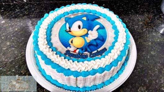 Bolo do Sonic redondo de chantilly azul e branco, nas cores do personagem