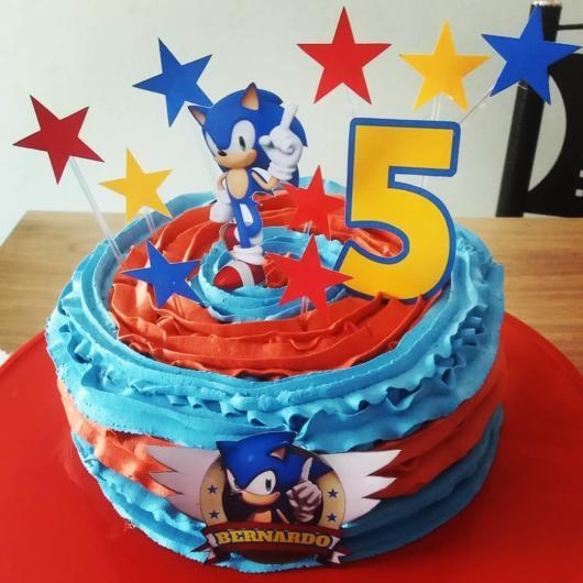 Lindo bolo do Sonic simples coberto com chantilly para uma festa de 5 anos