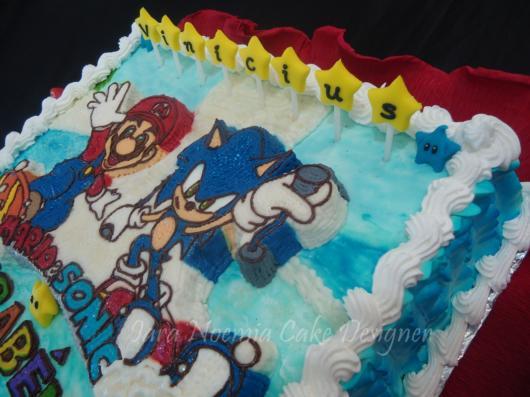 Bolo quadrado que homenageia tanto o Sonic quanto o Mario