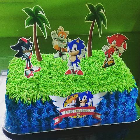 Bolo de chantilly temático com o Sonic e demais personagens da série