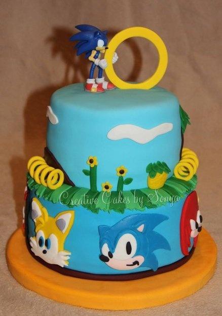 Um bolo grande com os três personagens principais e com inspiração no game do Sonic