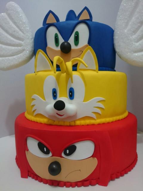 Que tal esse lindo bolo de três andares com Sonic, Miles e Knuckles?