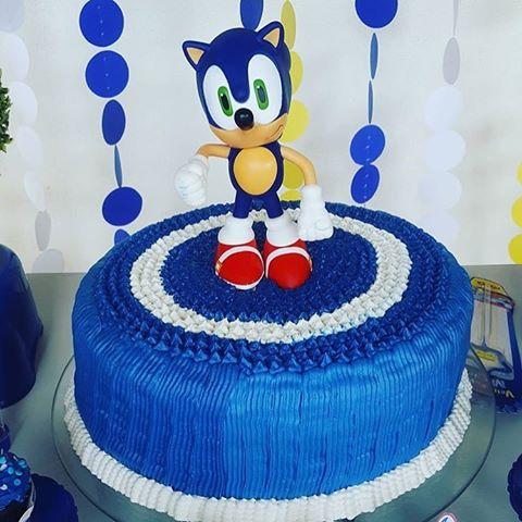 Um bolo de chantilly com as cores principais do Sonic