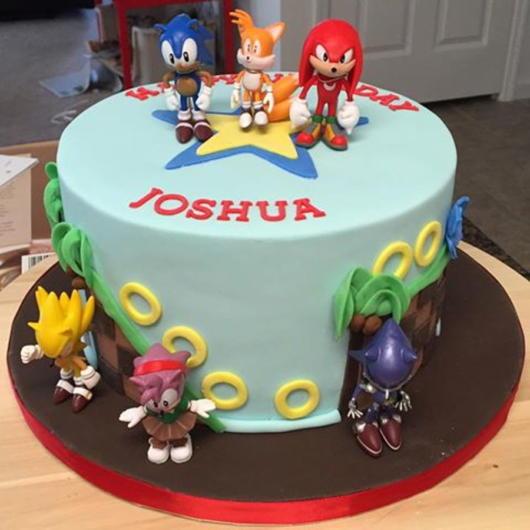 Bolo fake do Sonic com os personagens da franquia