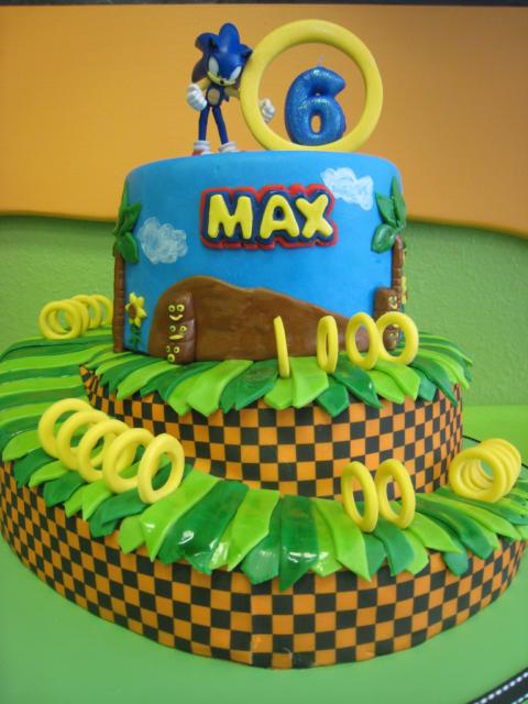 Deixe o nome do aniversariante em destaque no bolo do Sonic