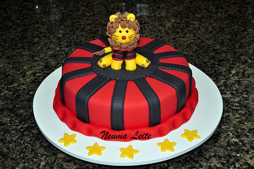 O mascote ao meio do bolo redondo de pasta americana