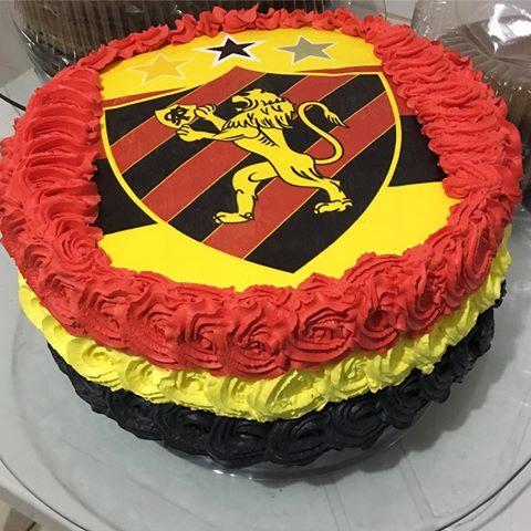 Um bolo redondo ideal para uma festa surpresa com poucos convidados