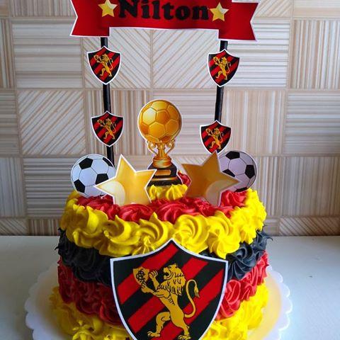 Mini bolo pequeno de chantilly com as três cores do clube
