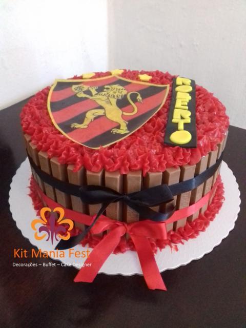 Lindo bolo do Sport de kit kat com chantilly vermelho totalmente customizado
