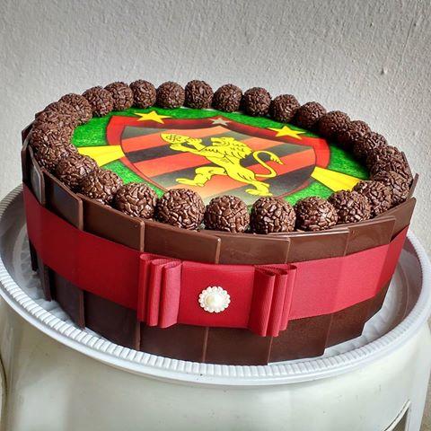 Lindo bolo de chocolate com brigadeiro com papel de arroz ao centro