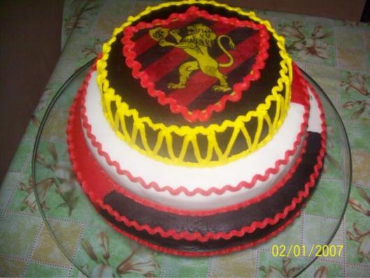 Um lindo bolo de três andares decorado com pasta e com o escudo do Sport ao centro