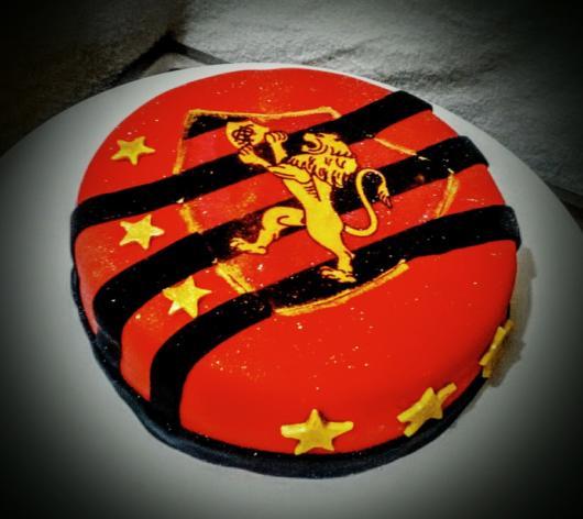 Um bolo redondo e compacto é ideal para festas surpresa