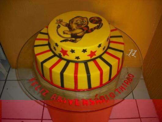 Lindo bolo do Sport com o mascote em destaque no topo da estrutura