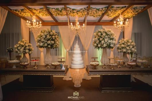 Bolo suspenso grande para uma festa de casamento