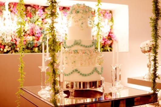 Aproveite para decorar todo o suporte com flores e outros adornos