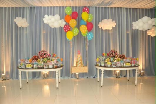 O bolo suspenso virou tendência em festas infantis também
