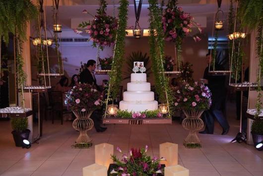 O bolo suspenso fica totalmente em destaque no centro da festa