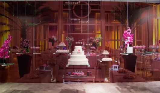 Lindo espaço decorativo com o bolo ao centro