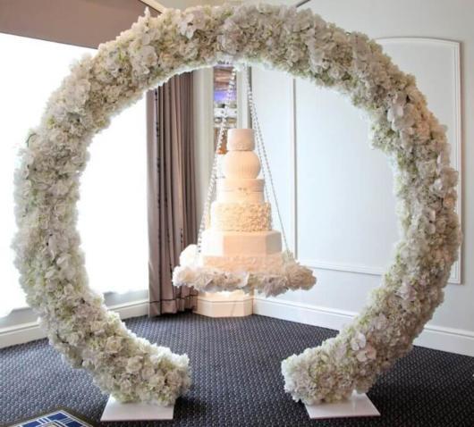 Em um círculo florido para incrementar a decoração da festa