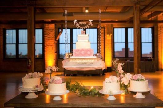 A altura do bolo depende de cada necessidade, mas não é indicado deixá-lo tão alto