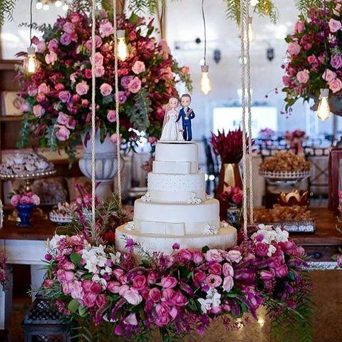 A decoração de sua festa de casamento ficará mais linda com esse bolo suspenso