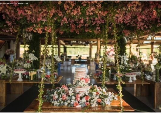 Uma perspectiva com muitas flores para um casamento ao ar livre