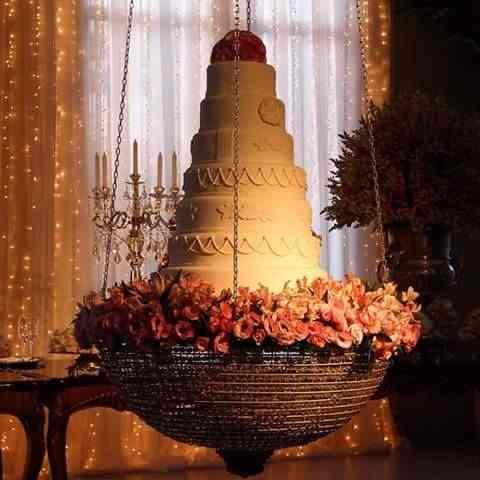 O bolo com flores em um lindo suporte para ornamentar seu casamento