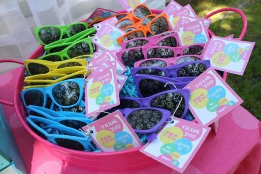 convite havaiano criativo com óculos