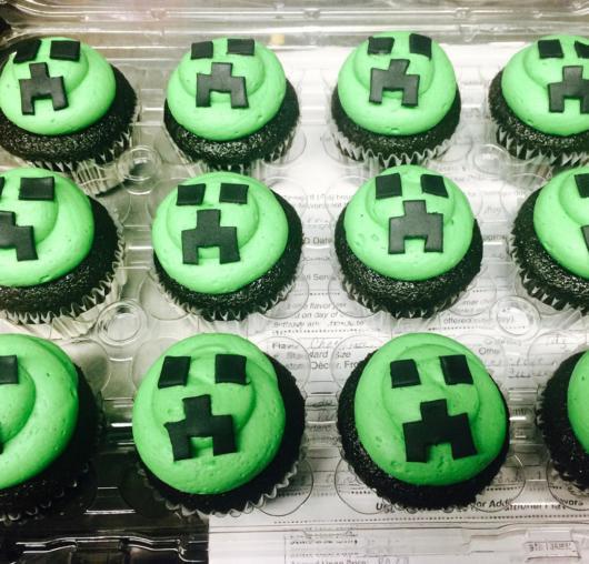 Um cupcake com massa verde decorado com detalhes em preto, um complemento perfeito