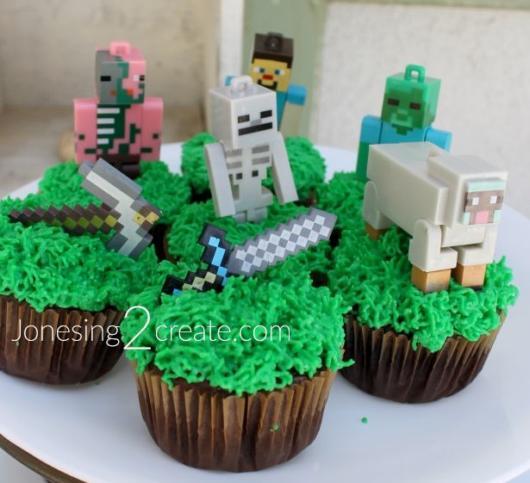 Brinquedos do Minecraft podem ser colocados no topo dos cupcakes também