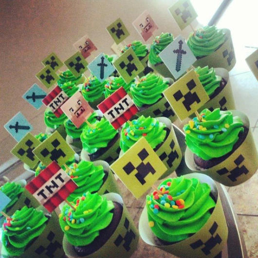 Sem dúvidas, os cupcakes ficam perfeitos para decorar uma mesa de aniversário