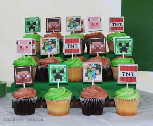 Você pode fazer um cupcake tradicional e decorar com topos personalizados do Minecraft