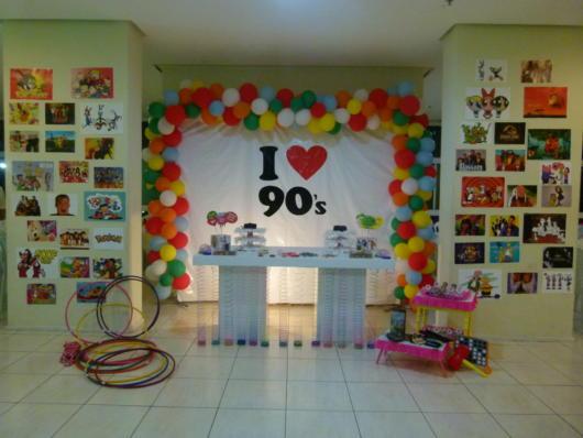Balões coloridos e muitas fotos em meio a uma festa provençal