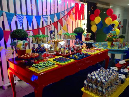 Linda decoração de festa anos 90 colorida cheia de itens e adereços