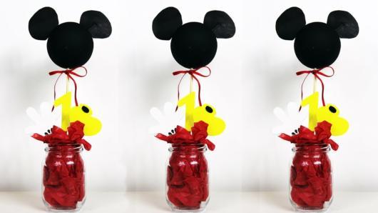 Lembrancinha em potinho plástico, com flores de papel e o topo do Mickey