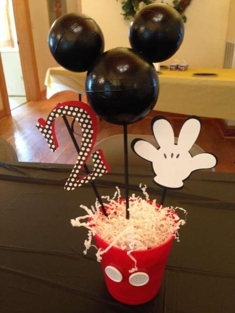Centro de mesa do Mickey para uma festa de 2 anos