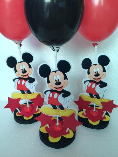 Lindo enfeite de mesa customizado e com balões coloridos