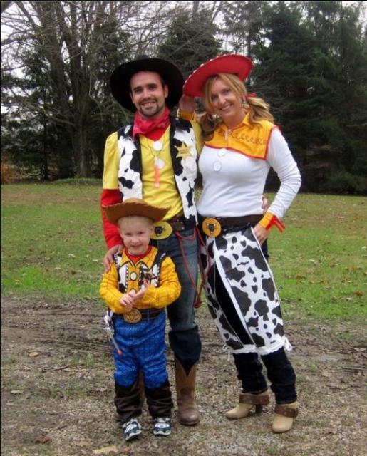 Pai, mãe e filho inspirados no Woody, o protagonista do filme