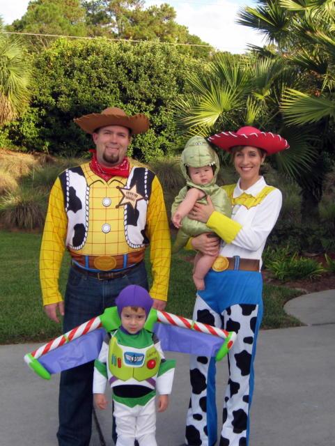 Toda a família homenageando os personagens principais de Toy Story